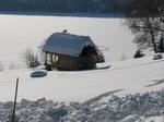 Озеро в зимнем панцире
