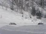 Снег скрывает машины по пояс