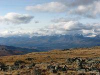 На горизонте встают пики Южно-Чуйского хребта
